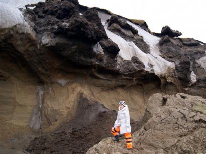 Урочище Буор-Хайа. Л.В.Короткова на фоне ледяных обрывов