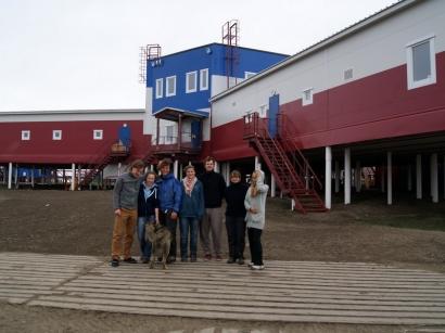 «Экскурсанты» на фоне строящейся Научно-исследовательской станции