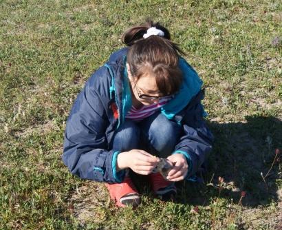 Л.В.Короткова помогает ботанику из Санкт-Петербургского университета Дарье Титовой