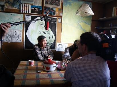 Журналисты Германского телеканала RBB берут интервью у В.М.Дормидонтова, старшего инспектора охраны природы заповедника