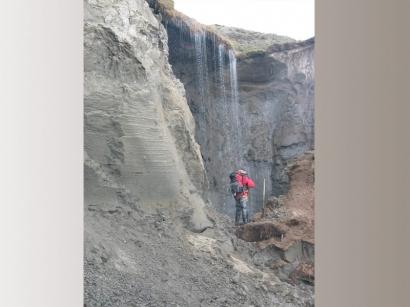 Водопад (устье ручья на ледяном обрыве)