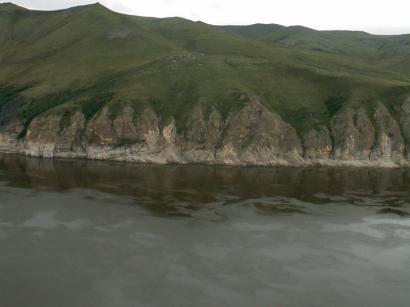 Обрывы напротив острова Тит-Ары